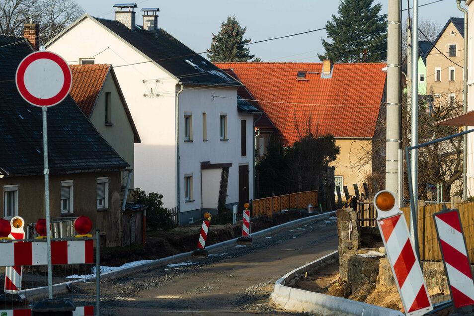 Eigentlich sollte der Verkehr auf der Straße zwischen Seeligstadt und Arnsdorf seit dem Reformationstag wieder rollen. Doch die Bauarbeiten verzögern sich.