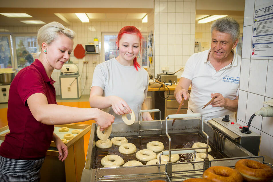 Nicht in den Ofen, sondern ins heiße Fett kommen die Donuts. Das Einmaleins des Backens lernen angehende Bäcker und auch Bäckereifachverkäufer – wie hier vor drei Jahren Nadine Leidig (l.) und Jessica Jablonsky. Aber wie lange noch?