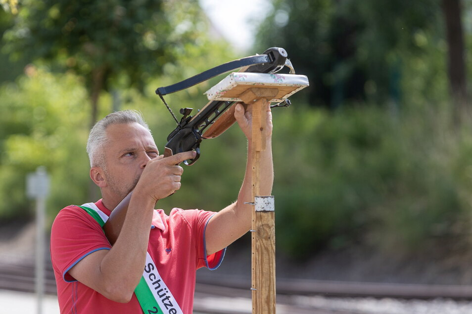 Zum Vogelschießen traten in Wilsdruff am Sonntag mehrere Vereine der Stadt an. Vorjahressieger Daniel Tamme visiert hier das Zeil an.