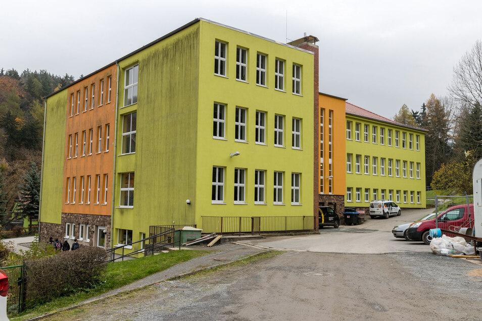 Liegt etwas abseits und war am Wochenende das Ziel von Randalierern: Die Gottleubaer Oberschule.