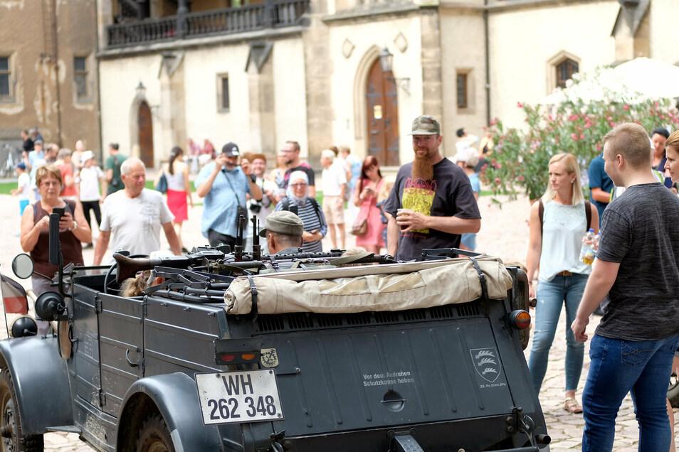 Die Militärtechnikfreunde waren mit Waffen und Uniform dabei und stellten die Ein- und Auslagerung der Kunstschätze in der Albrechtsburg nach.