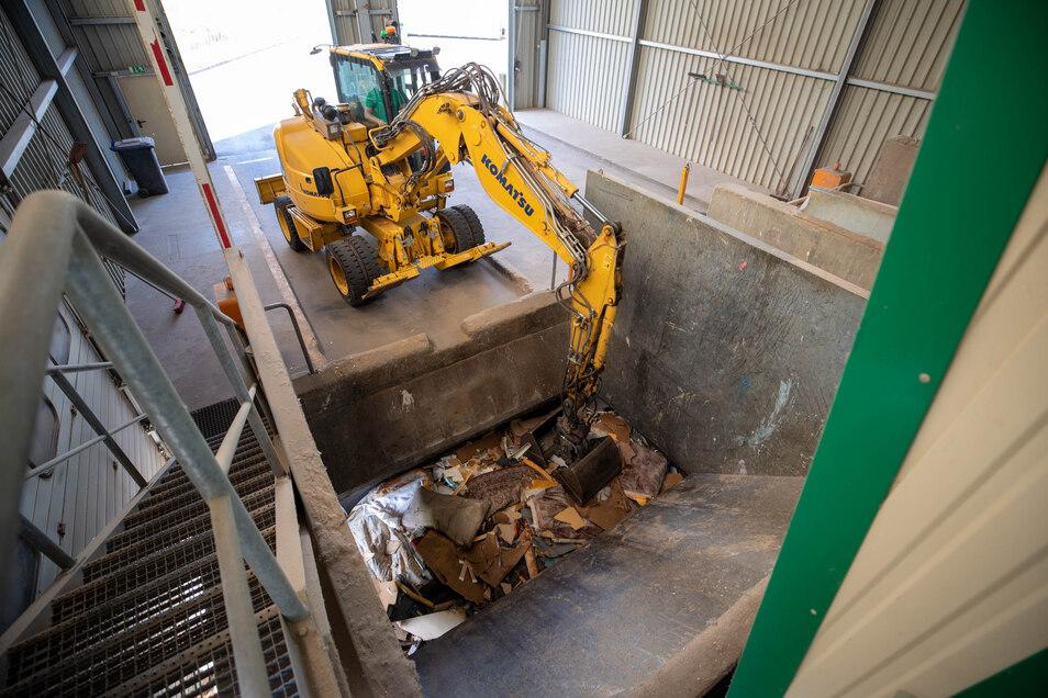 In der Umladestation Cotta wird Haus- und Sperrmüll erst gepresst bzw. zerkleinert..