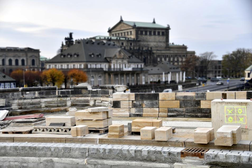 Auf der Altstädter Seite sind über den ersten Bögen die Brüstungen wieder aufgebaut worden.