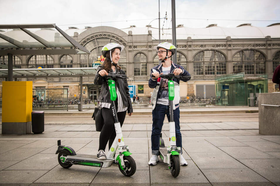 Die SZ-Redakteure Julia Vollmer und Sandro Rahrisch testen die neuen E-Roller von Lime. Start ist am Hauptbahnhof.