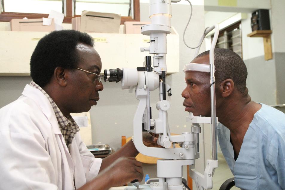 Mazaga Mahorosho (r.) aus Tansania war an Grauem Star erkrankt. In einem CBM-geförderten Krankenhaus in Daressalam erhielt er zwei neue Linsen.