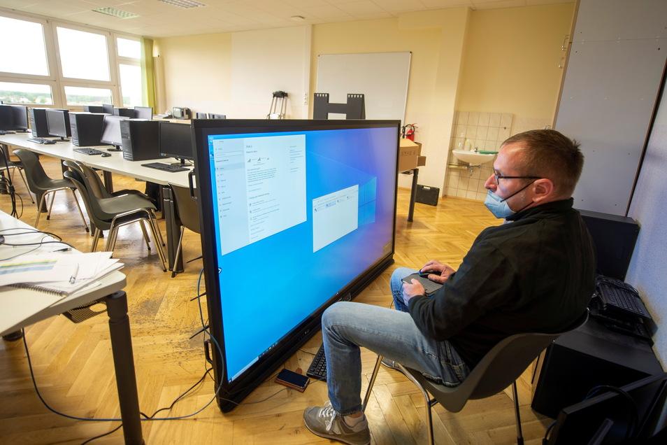André Lippmann von der Firma H+C Computerdienst Großenhain bei der Erstkonfiguration einer neuen, digitalen Schultafel.