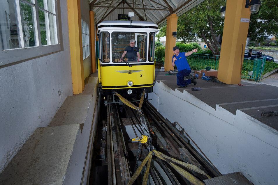 Bevor das alte Seil herausgezogen werden kann, muss der Wagen an der Bergstation fixiert werden. Das passiert mit massiven Ketten.