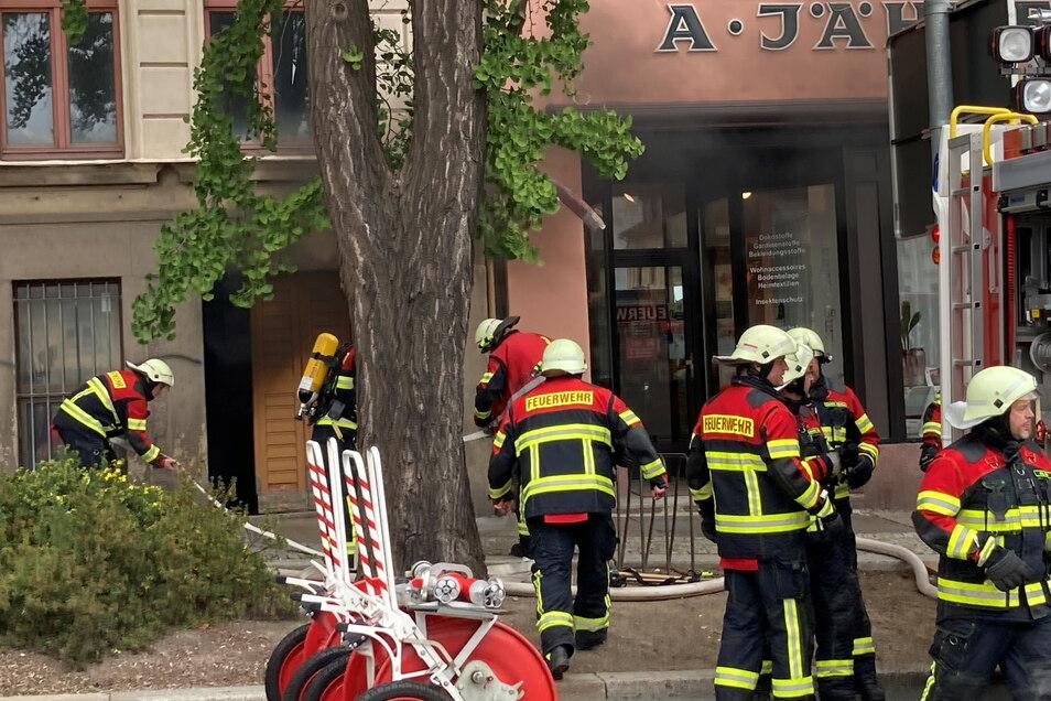 Unter Atemschutz drangen die Kameraden der Feuerwehr in den Keller des Hauses am Neumarkt.