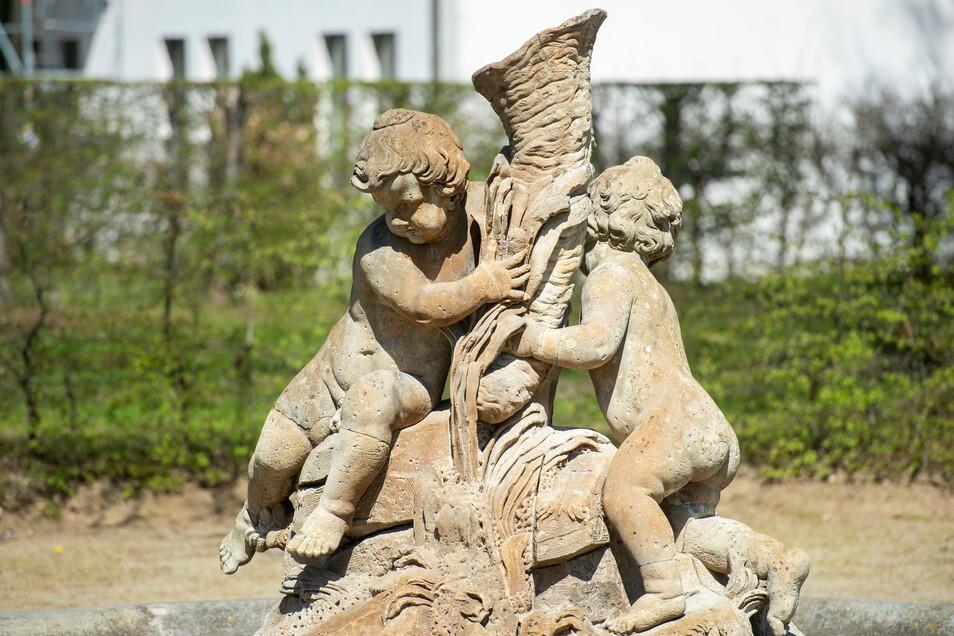 Die Gruppe der Riesenkinder im Zabeltitzer Barockpark mit Füllhorn bestehen aus Cottaer Sandstein. Ein geschichtsträchtiges Ensemble aus der Zeit um 1771.