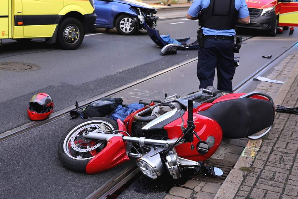 Die Großenhainer Straße in Dresden ist aufgrund eines Verkehrsunfalls gesperrt. Der Motorradfahrer wurde verletzt.