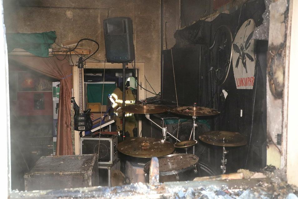 Instrumente und Technik im Proberaum einer Band wurden durch den Brand massiv beschädigt.