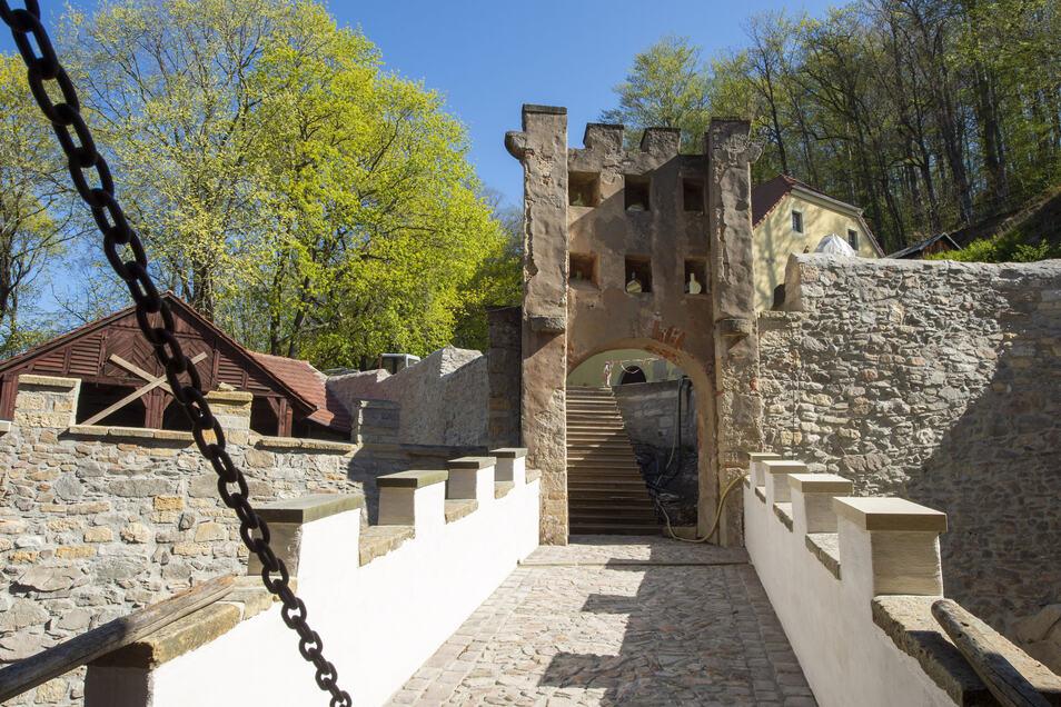 Wieder stabil dank stählerner Anker und Beton: die Stützmauern am Burgwall und der Übergang zur Zugbrücke.