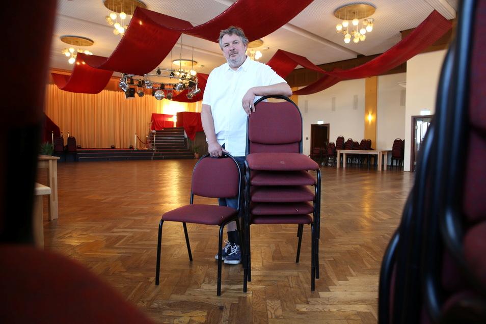 Der Wirt vom Laußnitzer Hof Dirk Tröger würde gern viel mehr Veranstaltungen durchführen. Leider bleiben bei ihm zurzeit viele Reisebusse aus. Für den September musste er drei geplante Konzerte absagen. Doch er hofft auf bessere Zeiten.
