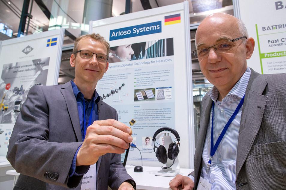 Jan Blochwitz Nimoth (links) und Herrmann Schenk vom Unternehmen Arioso Systems stellen bei den Hightech Venture Days smarte Lautsprecher für Hörgeräte und In-Ear-Headsets vor.