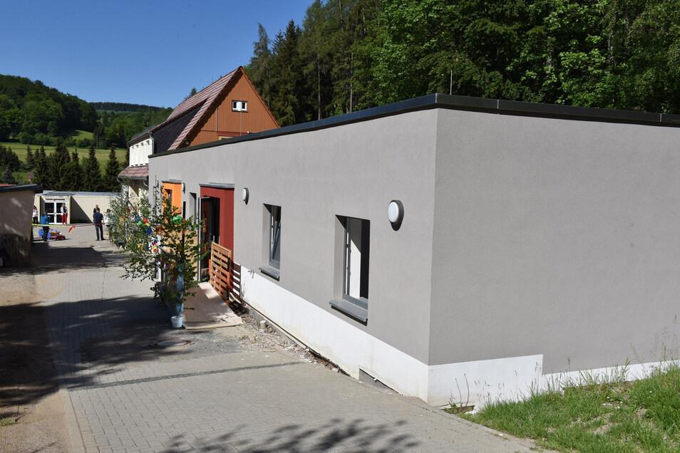 Die neue Kinderkrippe in Schmiedeberg ist diese Woche feierlich eröffnet worden. Die Außenanlagen sind aber noch nicht fertig.
