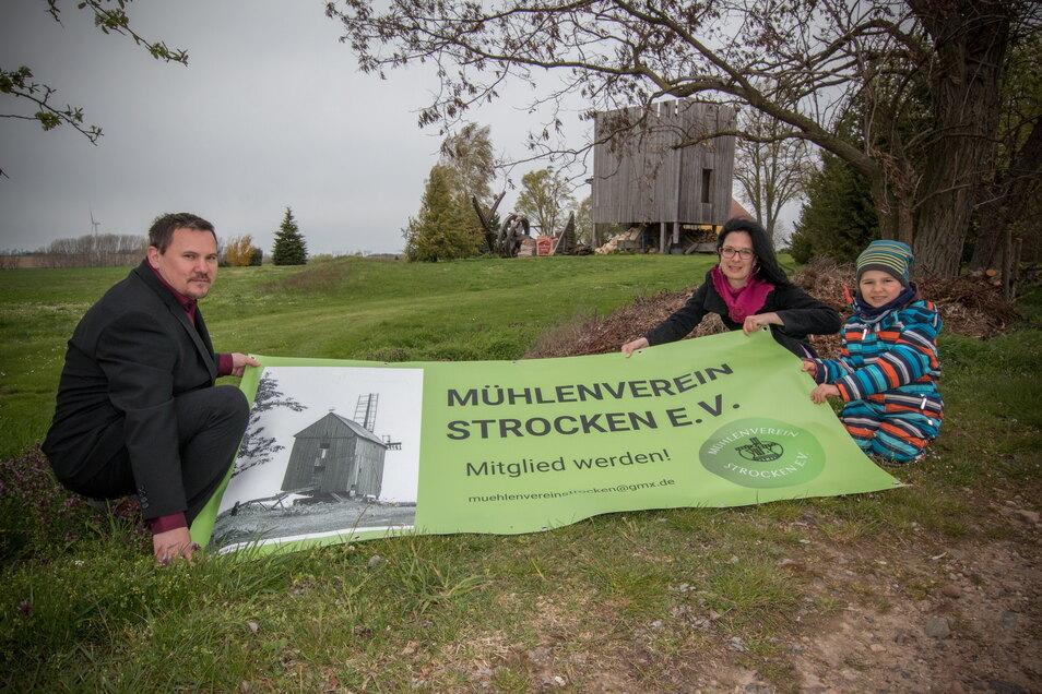 Alle Mühlenfans: Thomas Malkowski mit seiner Frau Nancy und Sohn Hans. Die Familie würde sich freuen, wenn sich der Initiative viele Mitstreiter anschließen. Die eigentlich für Samstag geplante Vereinsgründung darf coronabedingt nicht stattfinden.