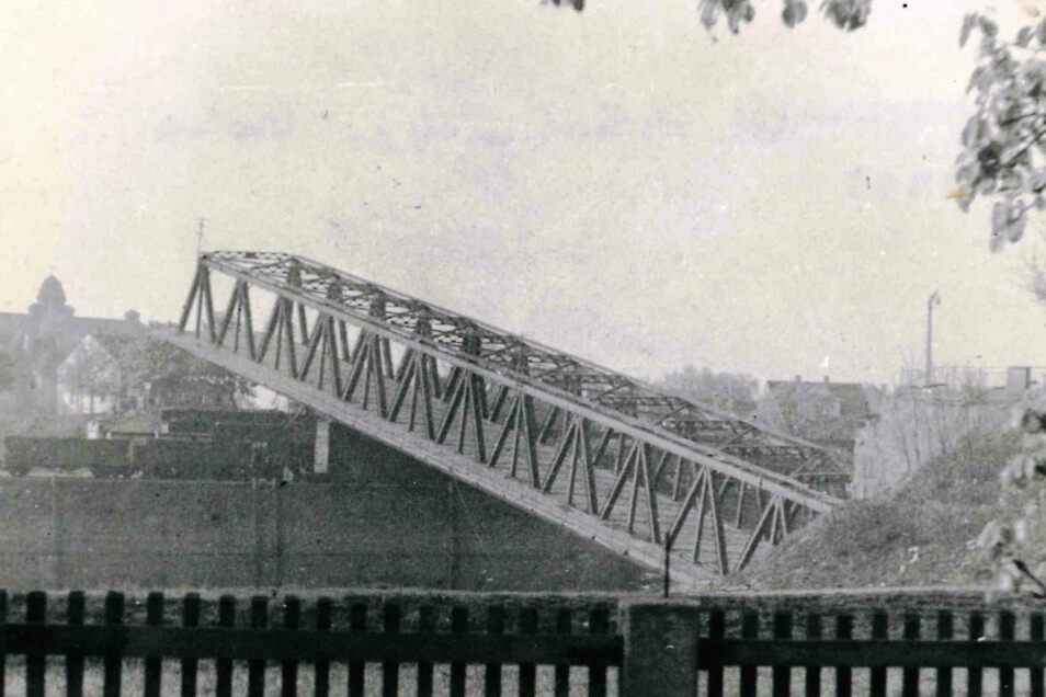Auch die Hafenbrücke in Gröba wurde 1945 vor dem Einzug der sowjetischen Truppen gesprengt. Die Ansicht aus dem Stadtmuseum Riesa wurde von der Kirchstraße aus fotografiert. Wenige Hundert Meter weiter war auch die Schloßbrücke am Hafeneingang zerstört wo
