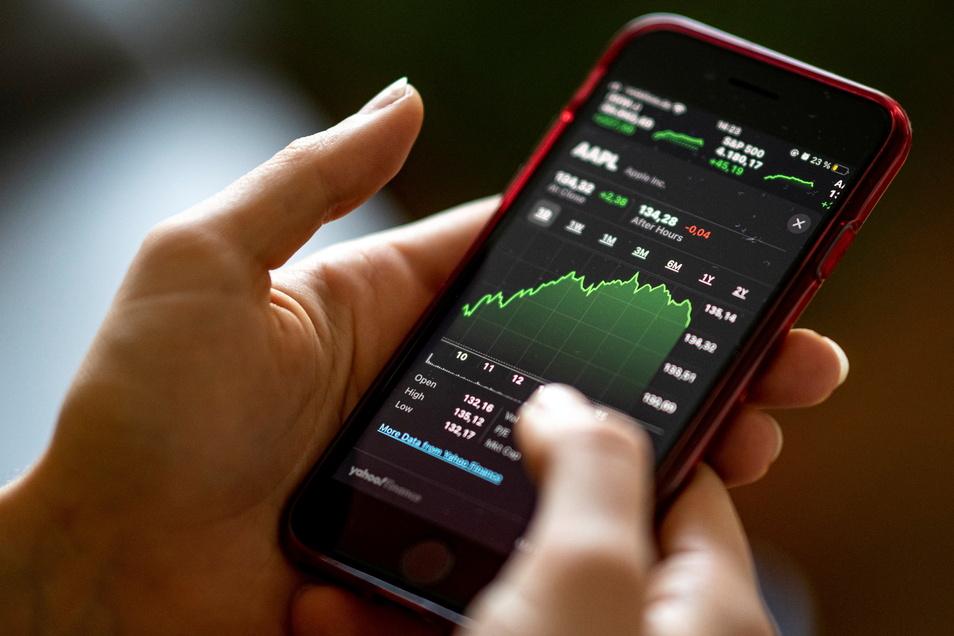 """Mit der App """"Stocks"""" lassen sich die Aktienkurse beobachten. Junge Menschen handeln häufig per Smartphone-App."""