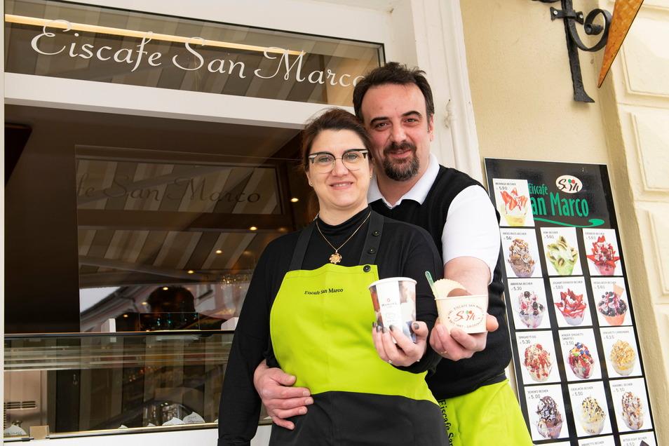 Sie sind wieder zurück: Lara und Sandro Marcon eröffneten am Mittwoch wieder ihr Eisgeschäft auf dem Großenhainer Hauptmarkt.