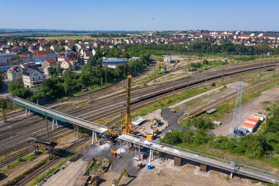 Die Brücke über die Gleise am Riesaer Bahnhof wird abgerissen. Gesperrt war das marode Bauwerk schon länger.