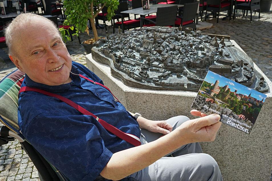Chistian Noack ist am Ziel: Das bronzene Stadtmodell, mit dem Blinde Bautzen im wahrsten Sinn des Wortes begreifen können, steht vor der Tourist-Information. Für dessen Finanzierung wurden unter anderem 2 200 Karten mit der Stadtansicht versandt.