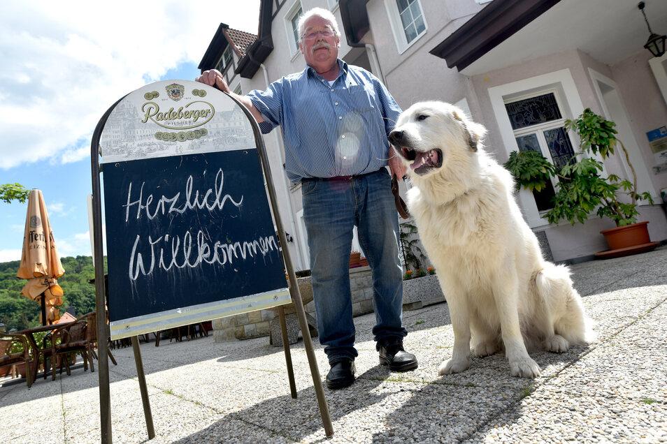 Hotelier und Gastwirt Gert Linke vor dem Kurhaus Jonsdorf. Am Pfingstwochenende wurde es von Einbrechern heimgesucht. Nicht zum ersten Mal.