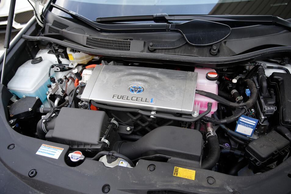 Ein Auto mit einer Brennstoffzelle als Energieerzeuger, steht bei der Eröffnung einer Wasserstofftankstelle in NRW.