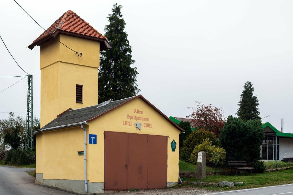 Garage mit Turm: Das alte Feuerwehrhaus in Altendorf geht in private Hände.