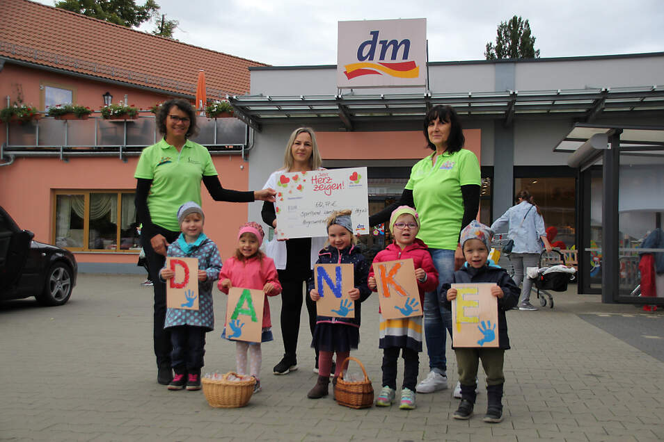 """Die fünf """"Sausewind""""-Kinder waren mit ihren Buchstaben-Tafeln perfekt auf die Spendenübergabe vorbereitet. Sie sagten DANKE. Begleitet wurden sie von Kita-Leiterin Ricarda Tröster (rechts) und der Ernährungsfachkraft Silvia Müller."""
