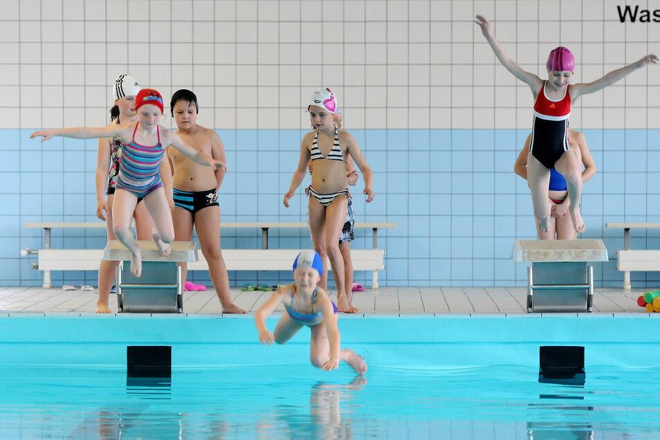 Grundschüler planschen im Becken der Hirschfelder Schwimmhalle.