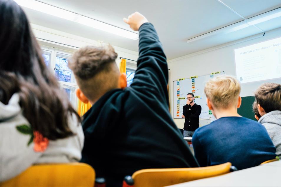 Unterricht an einer Schule: Dürfen Bildungsstätten eindeutig politisch Position beziehen?