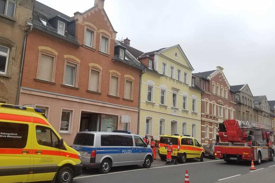 Mehrere Rettungskräfte sind auf der Hauptstraße in Waldheim vor Ort.