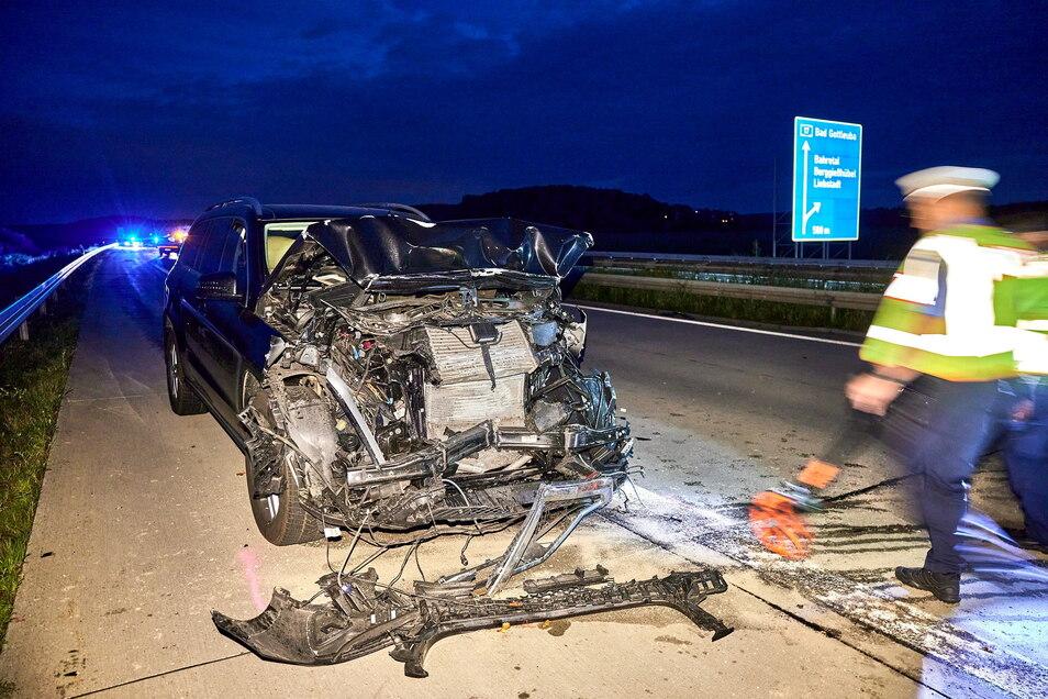 Fünf Personen werden bei dem Unfall auf der A17 verletzt.