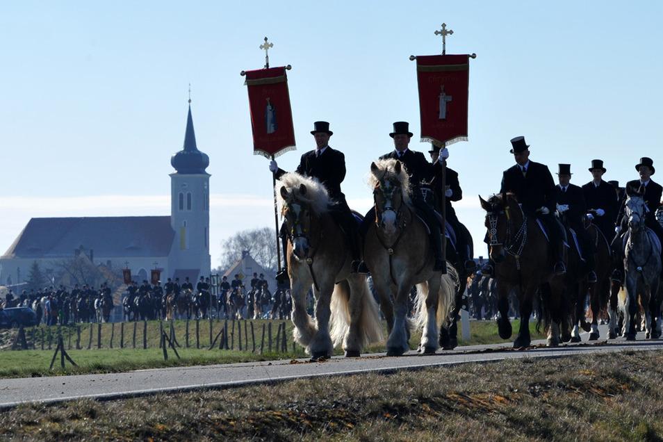 Zu Pferde in Frack und Zylinder verkünden die sorbischen Osterreiter seit Jahrhunderten die Kunde von der Auferstehung Jesu.