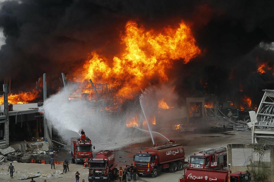 Rettungskräfte kämpfen am Donnerstag im Hafen von Beirut gegen die Flammen.