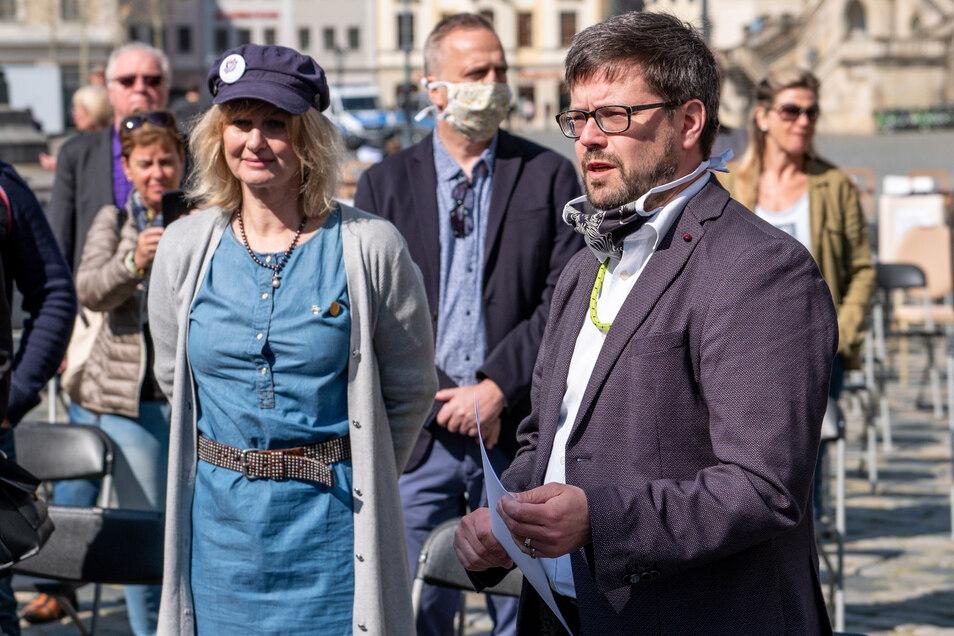 """Kathleen Parma von der """"Interessengemeinschaft Sächsische Hoteliers, Gastronomen und Veranstalter"""" übergab am Freitag Forderungen an den Landtagsabgeordneten Lars Rohwer (CDU)."""