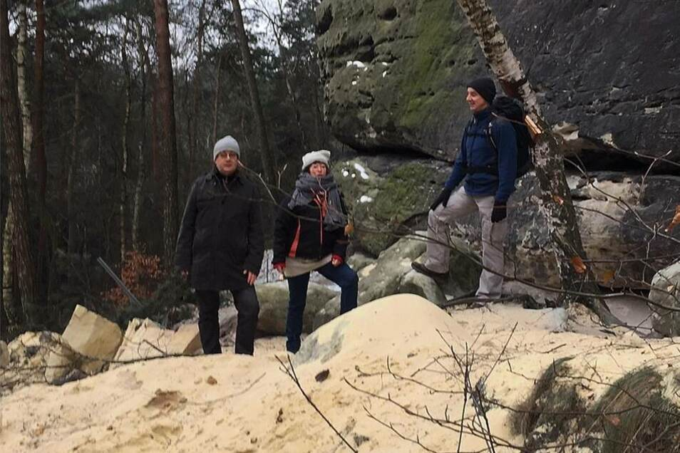 Tom Pauls, Ulrike Bartsch und ein Wanderfreund sind geschockt von den herabstürzenden Felsen.