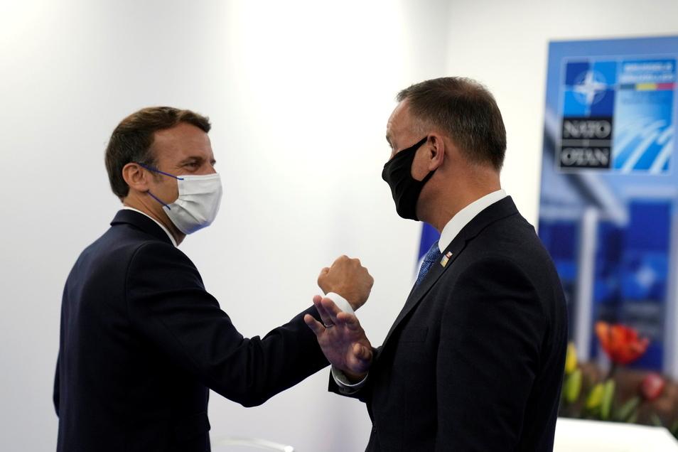 Noch beim Nato-Gipfel am 14. Juni in Brüssel begrüßte Frankreichs Präsident Emmanuel Macron Andrzej Duda, Präsident von Polen, coronakonform mit Armberührung.