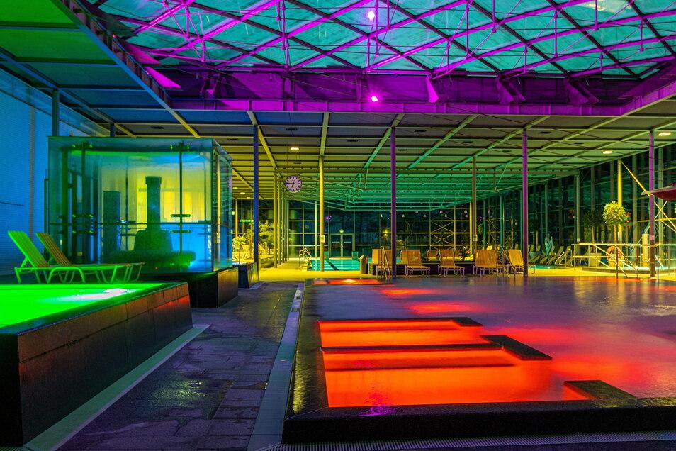 Rotes Licht, grünes Licht, blaues Licht: Neue LED-Strahler verwandeln die Geibeltbad-Halle in einen besonderen Farbkasten.