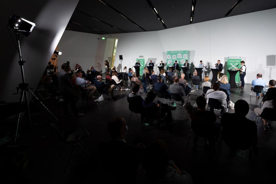 Sechs Direktkandidierende diskutieren beim Wahlforum der Landeszentrale für politische Bildung.
