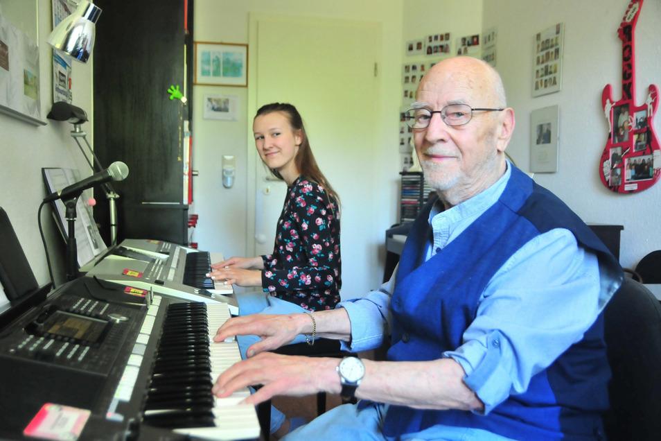 Leopold Nagel ist wahrscheinlich Deutschlands ältester Keyboard-Lehrer, hier mit Schülerin Lana Hindorff. Am 8. Mai feiert er seinen 90. Geburtstag.