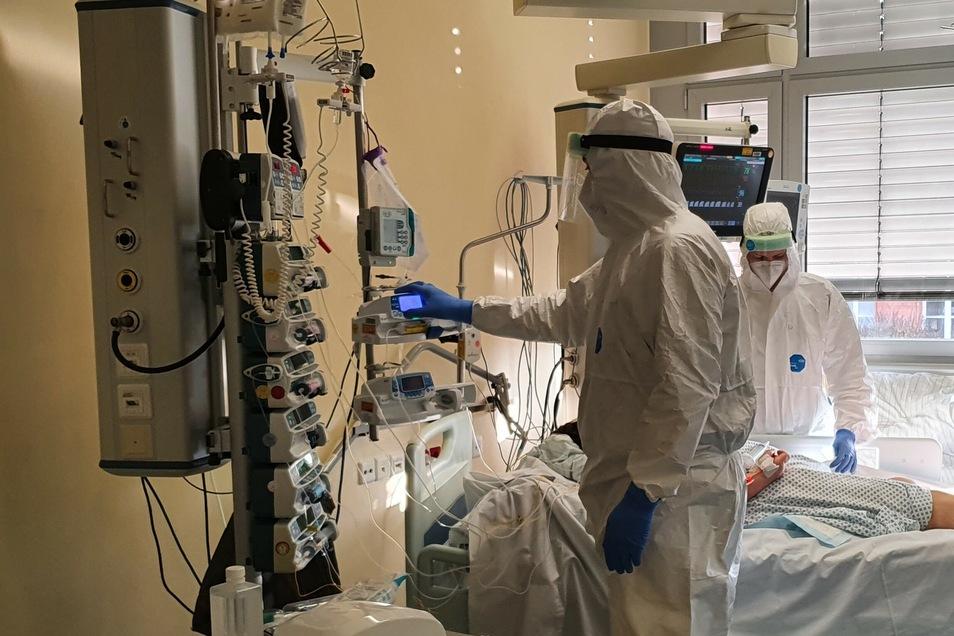 Die Lage in den sächsischen Krankenhäusern ist mit Blick auf Corona alarmierend - die Intensivbetten werden zunehmend von schwer an diesem Virus Erkrankten belegt.