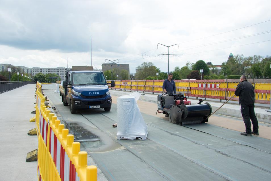 Weit fortgeschritten sind die Arbeiten an der neuen Fahrbahn. Derzeit werden Dichtungsbahnen aufgebracht. In Kürze soll ein Deckenfertiger die Straße asphaltieren.
