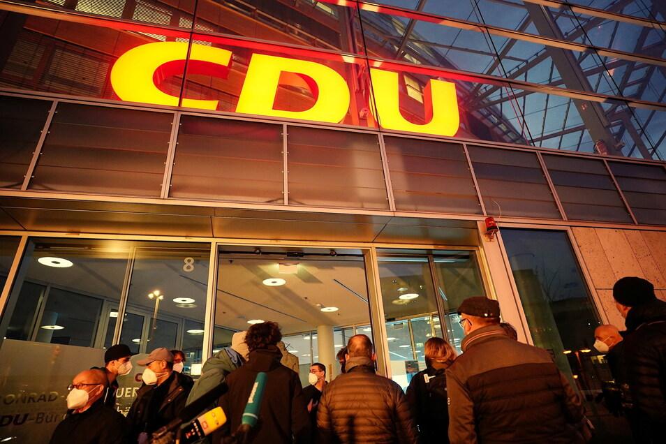 Wieder Drama im Adenauer-Haus: Journalisten warten auf eine Lösung der K-Frage bei der CDU.