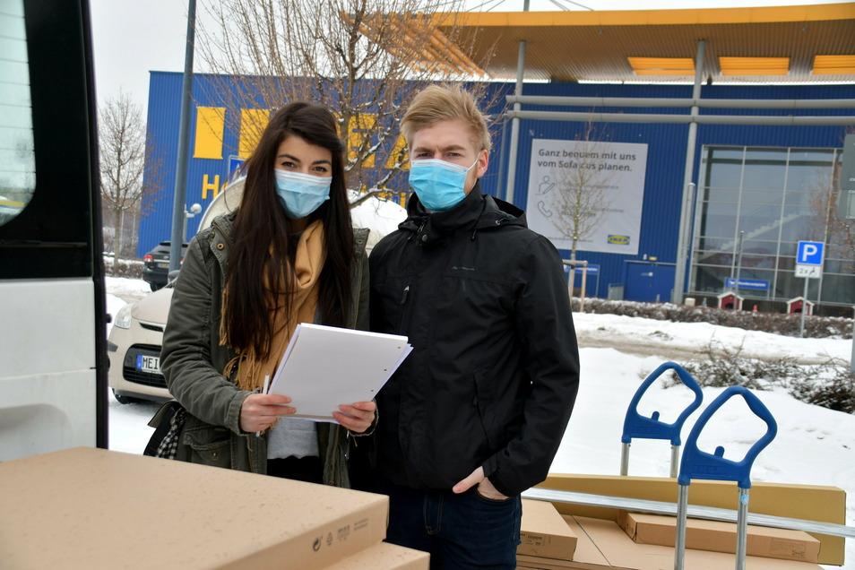 Julia Meinig und Toni Wolfgang ziehen gerade von Chemnitz in ihre neue Wohnung in Dresden und haben dafür Möbel bei Ikea abgeholt.