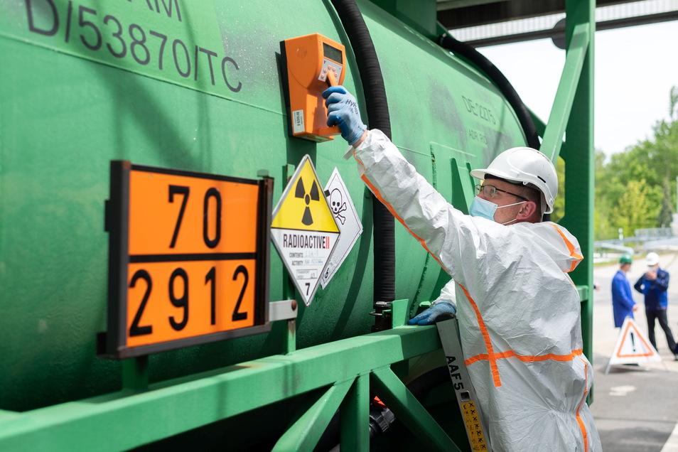 Sicher ist sicher: Marc Strobelt von der Wismut in Königstein prüft mit dem Strahlungsmessgerät, ob der Urantransport sauber genug für die Straße ist.