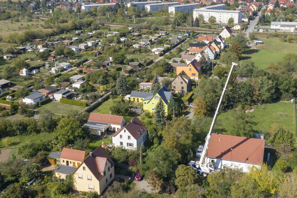 Dort, wo im September ein Baukran stand, soll ein Funkturm hin. Die Anwohner an der Langenberger Straße in Zeithain sind dagegen.