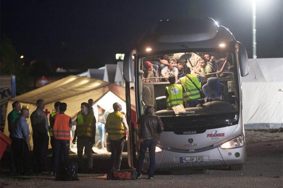 Am Samstagabend waren weitere Busse mit 251 Asylsuchenden eingetroffen. Laut Innenministerium leben jetzt 721 Flüchtlinge in der Zeltstadt.