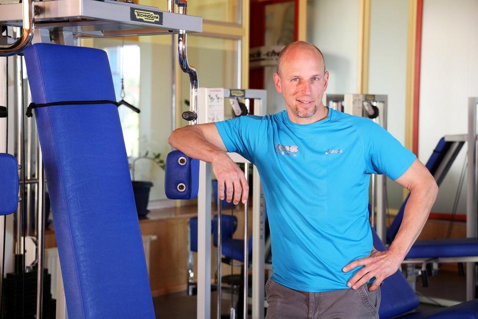 """Hans-Jörg Schneese lehnt an einem der Sportgeräte. Er war erfreut über die zahlreichen positiven Reaktionen, nachdem er bekannt gab, dass das """"Moveo"""" wieder öffnet."""
