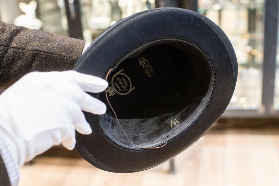 Mitte November wurden Gegenständen aus dem Besitz von ranghohen Nationalsozialisten versteigert, darunter auch Hitlers Faltzylinder und Meissener Porzellan.